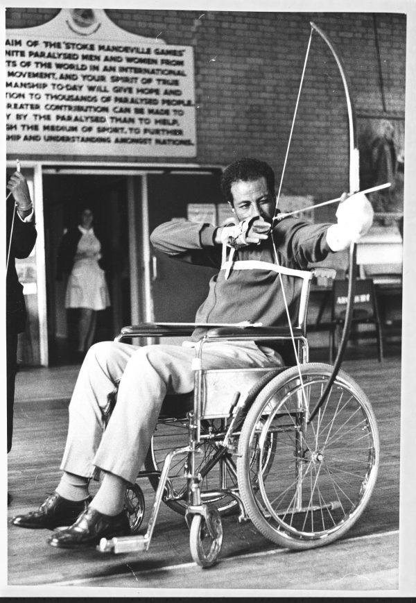 Après une blessure à la colonne vertébrale, le coureur éthiopien Abebe Bikila a commencé le tir à l'arc.