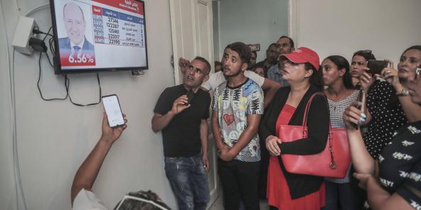Des partisans du candidat indépendant Kaïs Saïed guettant l'annonce des résultats officiels du premier tour de l'élection présidentielle tunisienne, mardi 17 septembre 2019 à Tunis (image d'illustration).