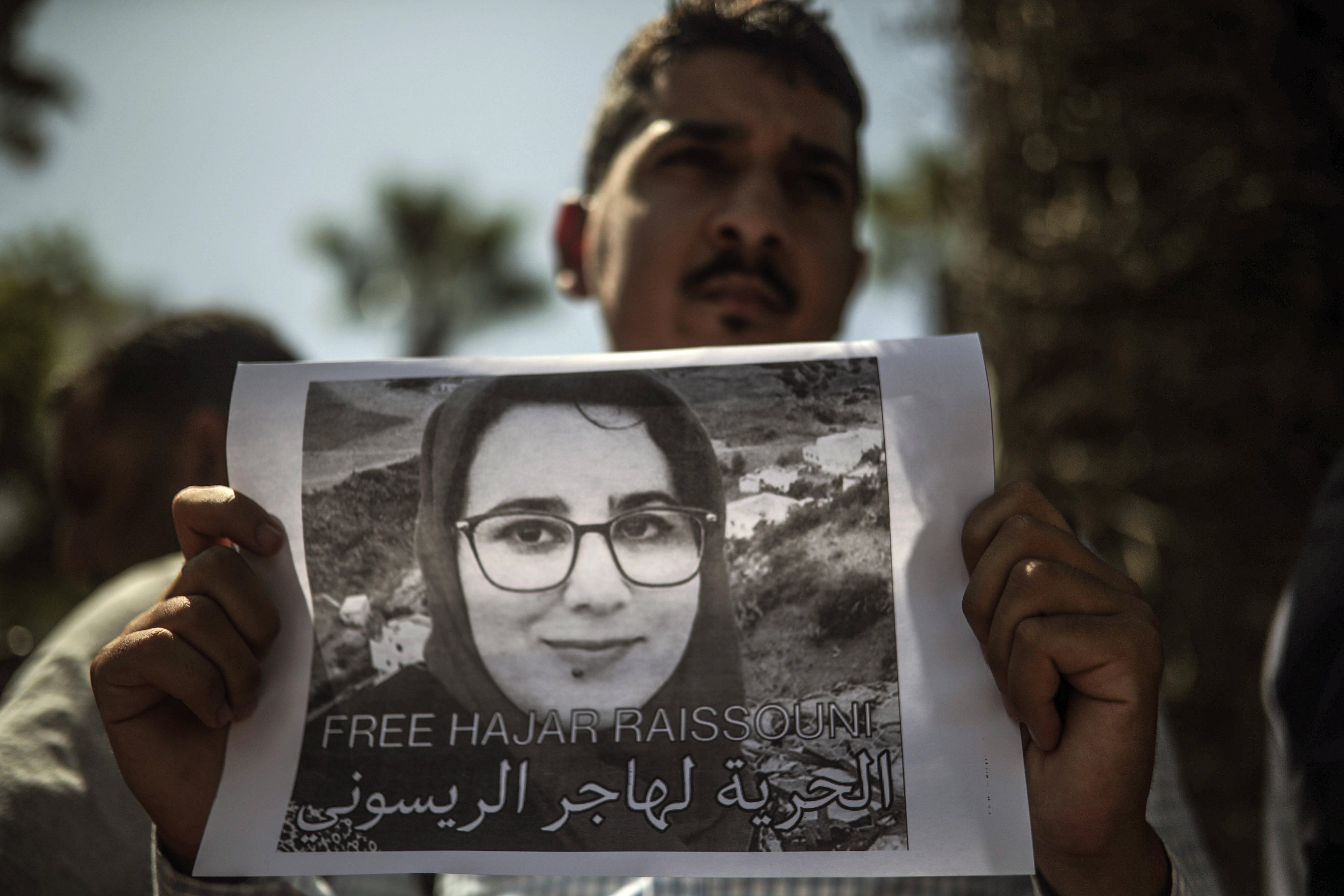 Un homme brandissant une pancarte demandant la libération de la journaliste Hajar Raïssouni, lundi 9 septembre 2019 à Rabat.