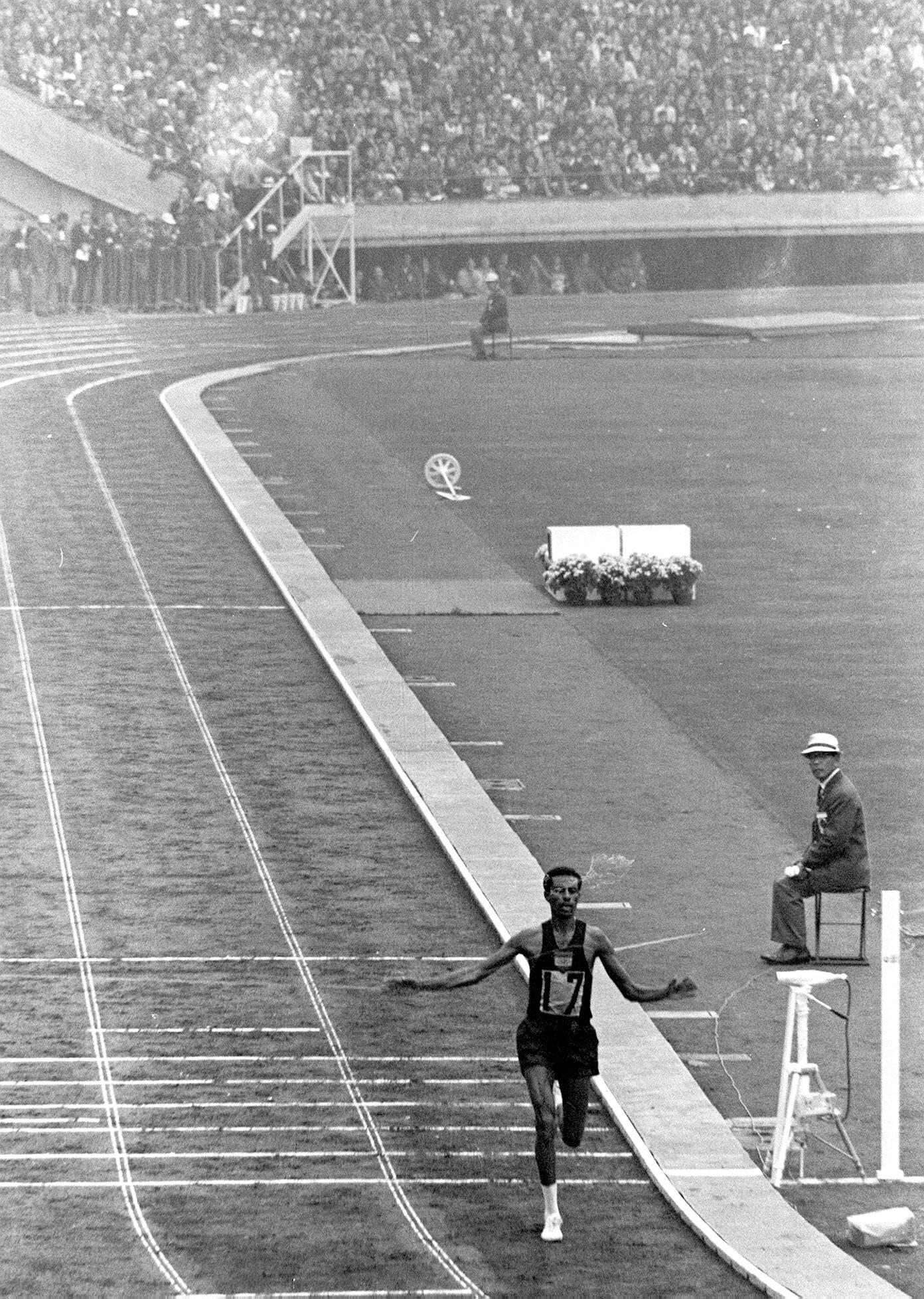 Abebe Bikila remporte le marathon à Tokyo, en 1964.