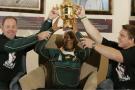 En 2007, le capitaine John Smit (droite) et l'entraîneur Jake White (gauche), présentent le trophée de la Coupe du monde à l'ancien président Nelson Mandela image dillustration).