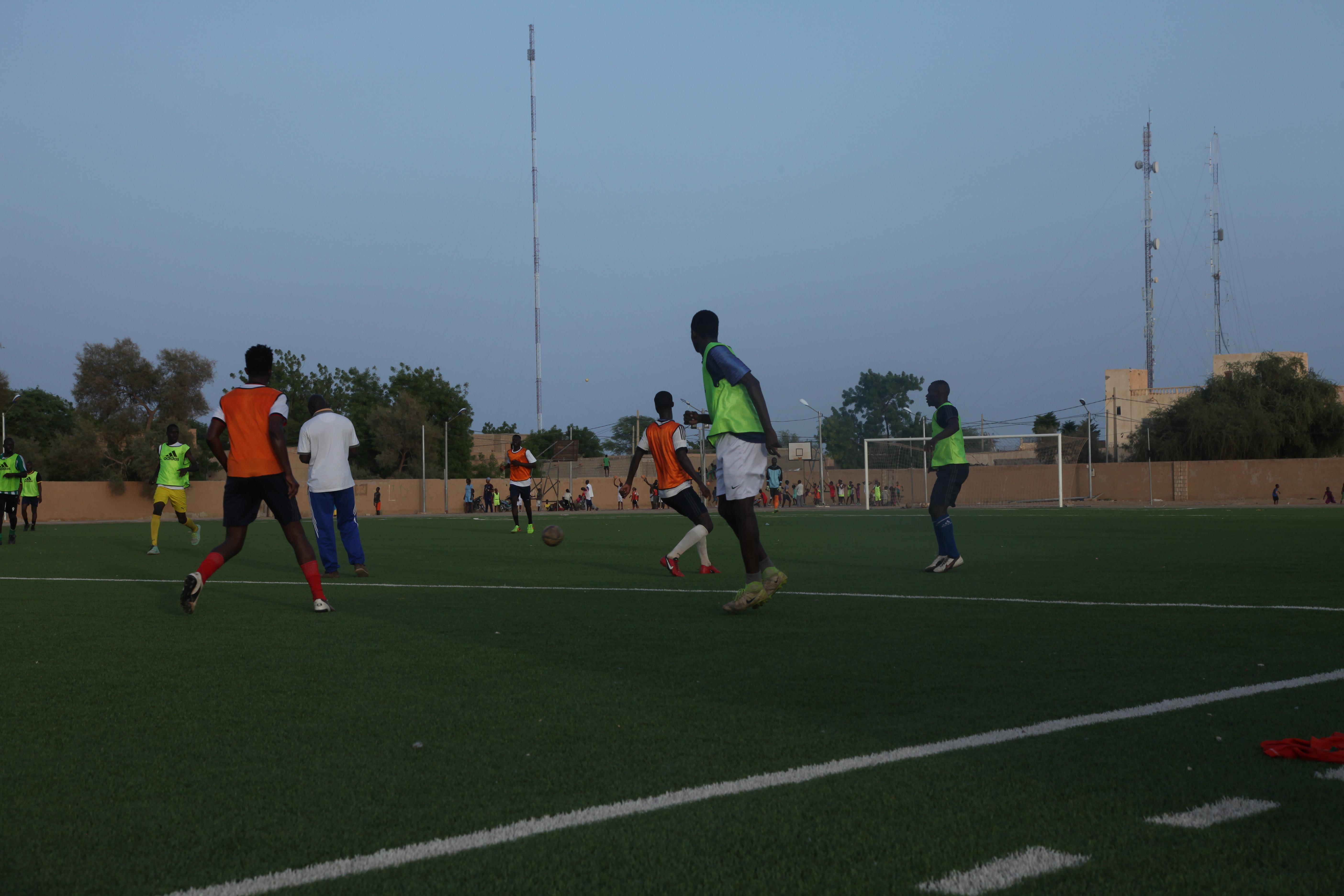 Une équipe de football s'entraîne sur le stade de Tombouctou, au mois d'août 2019.