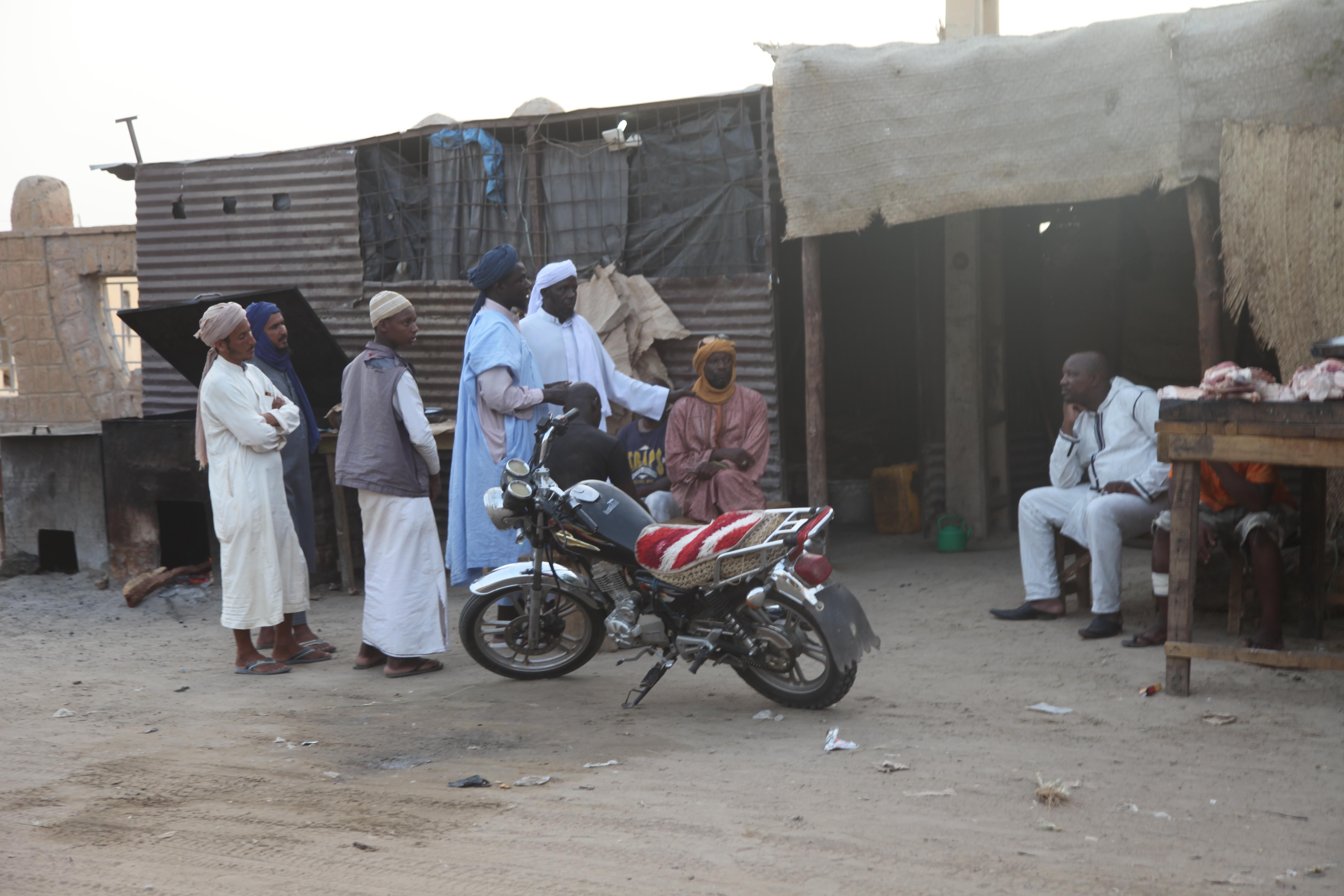 Un groupe de prédicateurs Dawa dans une rue de Tombouctou, août 2019.