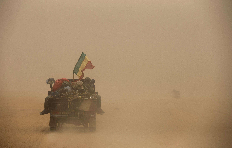 Un convoi de l'armée malienne roule à travers le sable dans le désert entre Gao et Anefis, en juillet 2013 (photo d'illustration).