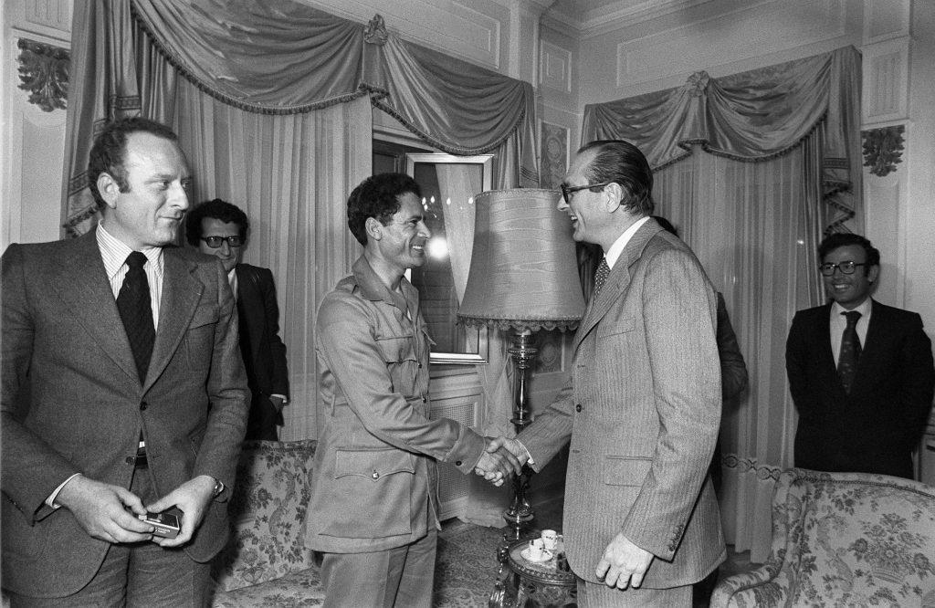 Le Premier ministre Jacques Chirac (D) serre la main du Colonel Mouammar Kadhafi (G), lors de son voyage en Libye, le 21 mars 1976, avant leur entretien à Tobrouk.