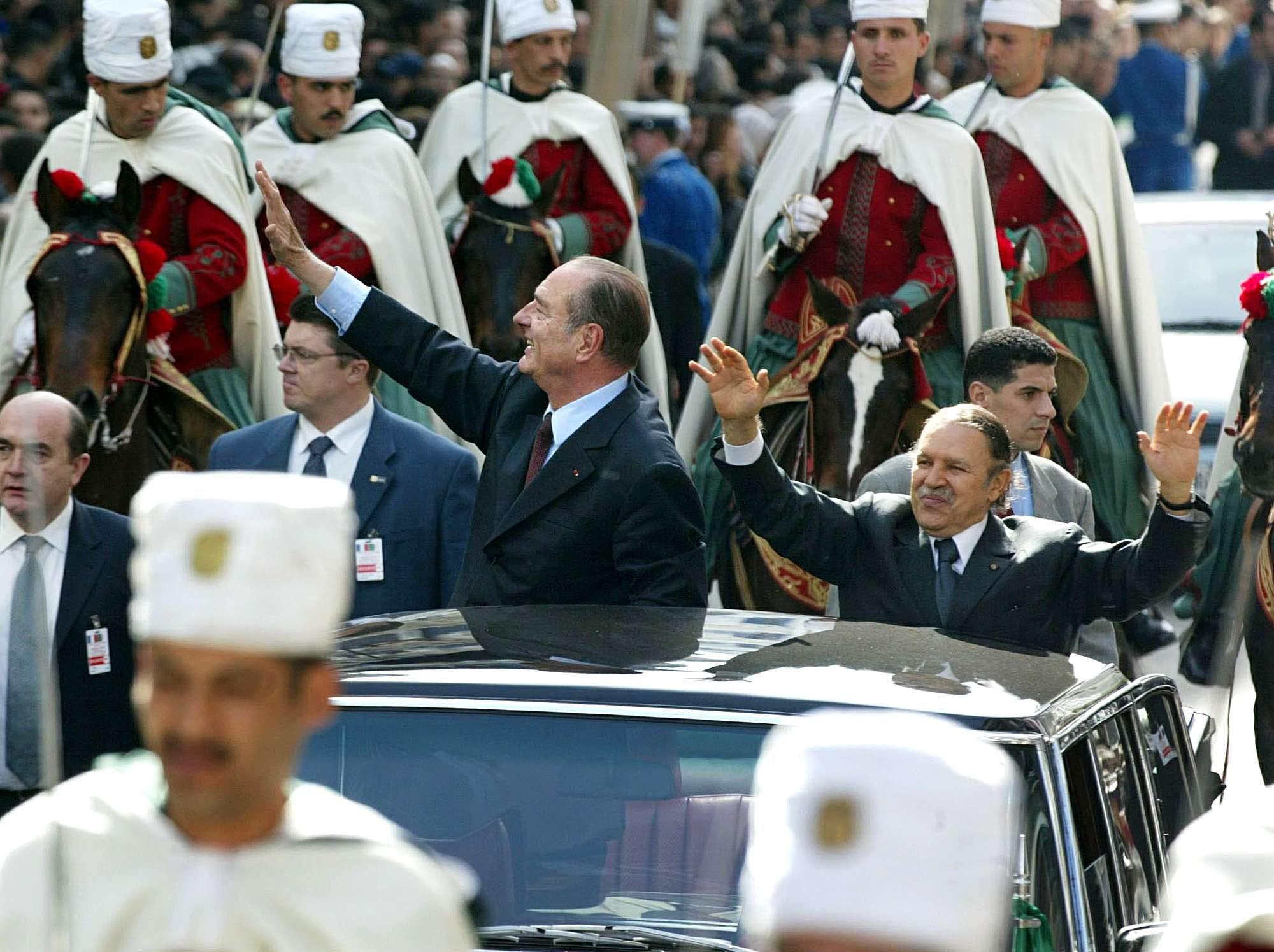 Le président français Jacques Chirac défilant dans les rues d'Alger aux côtés de son homologue Abdelaziz Bouteflika, en mars 2003.