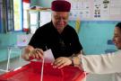 Un électeur plaçant son bulletin dans l'urne à La Marsa, près de Tunis, à l'occasion du premier tour de l'élection présidentielle, dimanche 15 septembre 2019 (image d'illustration).