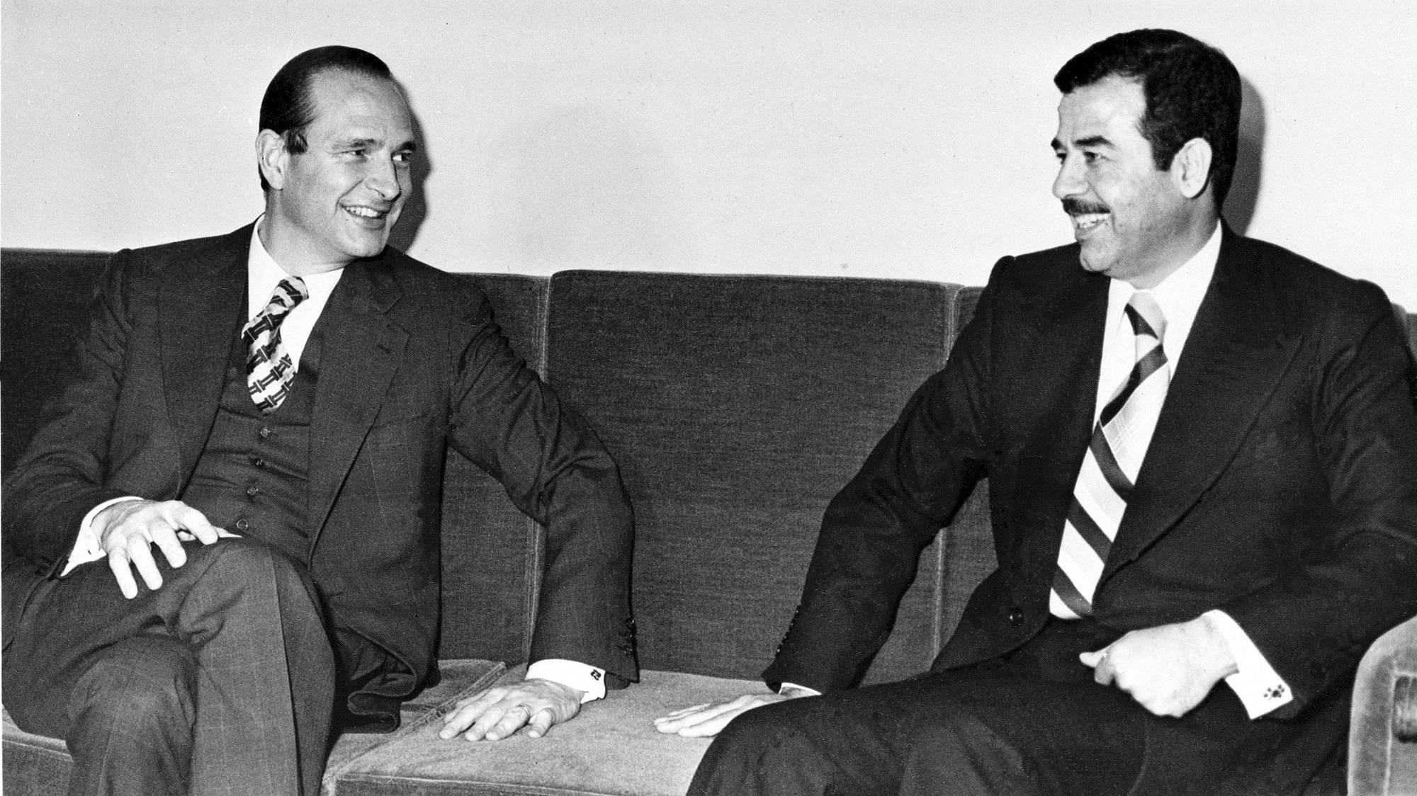 Jacques Chirac, alors Premier ministre, et l'Irakien Saddam Hussein, en décembre 1974 à Bagdad.