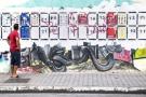 Les slogans des diverses listes pour les législatives s'affichent sur les murs de Tunis.