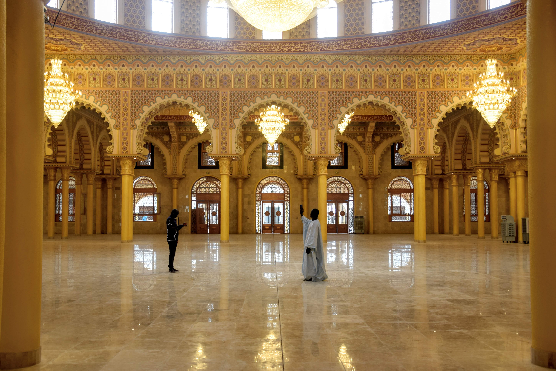 Premiers selfies de visiteurs dans la grande salle de prière, qui devraient pouvoir accueillir entre 5 000 et 7 000 fidèles