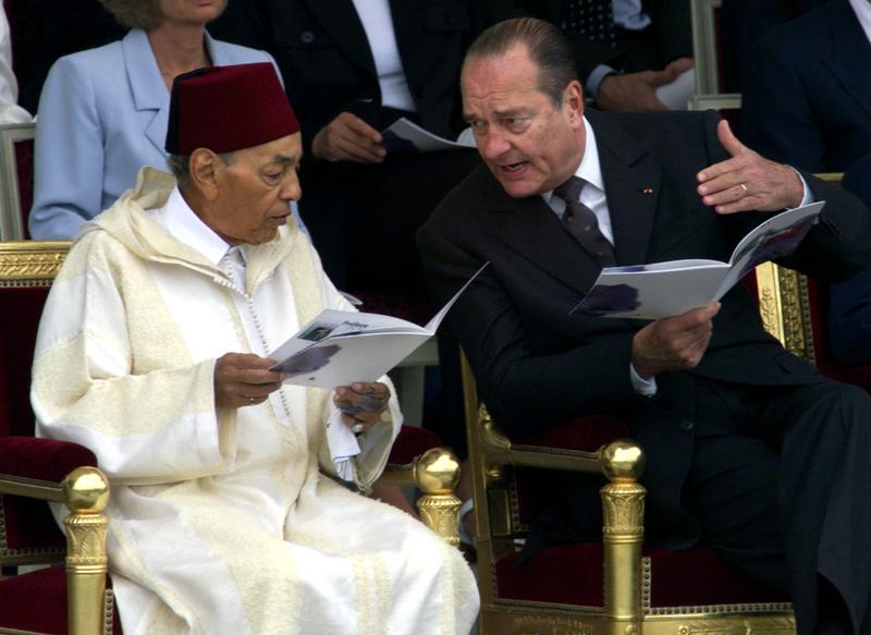 Le roi Hassan II aux côtés du président Chirac, à Paris pour le défilé du 14 juillet 1999.