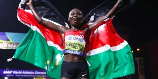 La Kényane Ruth Chepngetich célèbre sa victoire au marathon des Mondiaux d'athlétisme à Doha, le 27 septembre 2019.