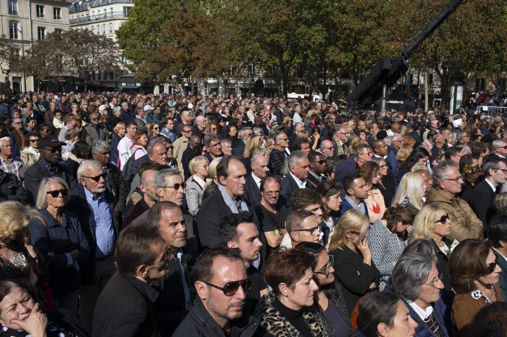 La foule rassemblée devant l'église Saint-Sulpice, à Paris, pour les obsèques de Jacques Chirac, le 30 septembre 2019.