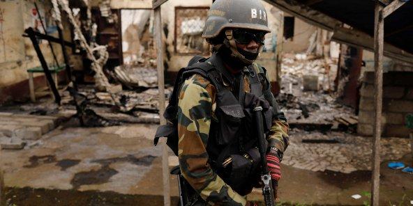 Un soldat du Bataillon d'intervention rapide (BIR), à) Buea, dans le Cameroun anglophone, en octobre 2018.