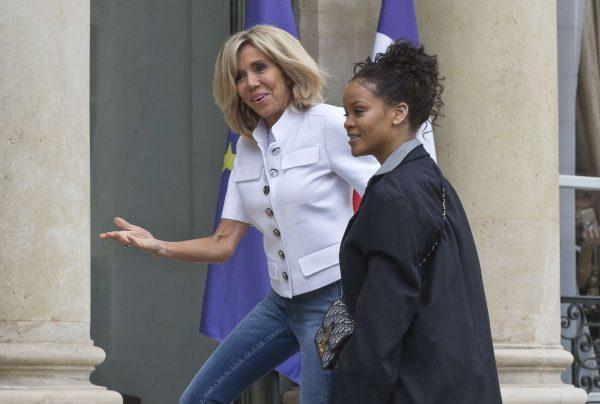 Rihanna avec Brigitte Macron,sur les marches de l'Élysée.