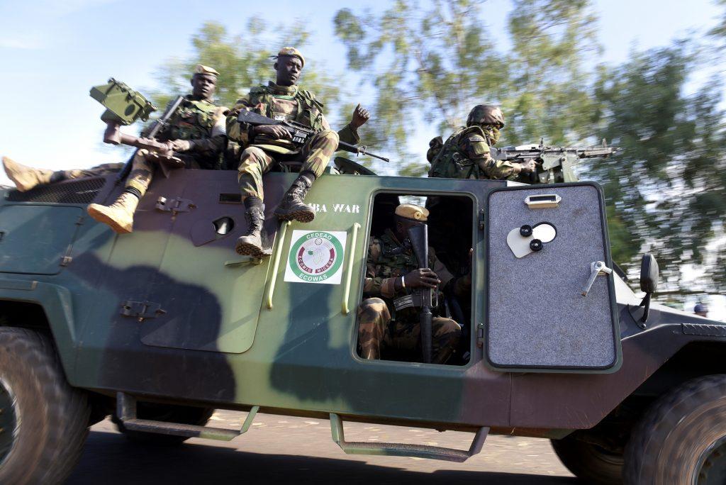 Patrouille de soldats de laCedeao, àFarafégny, enGambie, le 22janvier 2017, au lendemain du départ enexil de l'ex-président Yahya Jammeh.