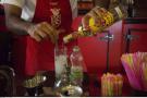 Un barman prépare un mojito à La Havane, à Cuba, en juin 2016.