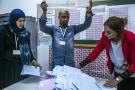 Des agents de l'Isie commençant à compter les bulletins après les élections législatives du dimanche 6 octobre (image d'illustration).