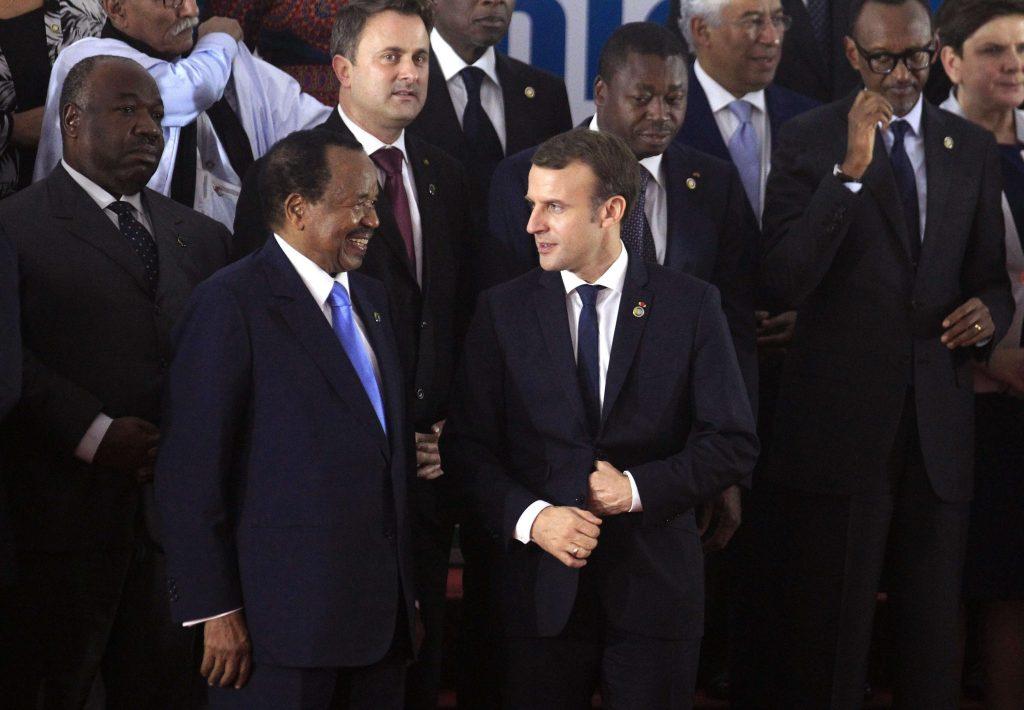 Paul Biya et Emmanuel Macron, lors du sommet Europe-Afrique à Abidjan, le 29 novembre 2017.