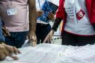 Des agents de l'Isie dans un bureau de vote, le soir des élections législatives du dimanche 6 octobre (image d'illustration).