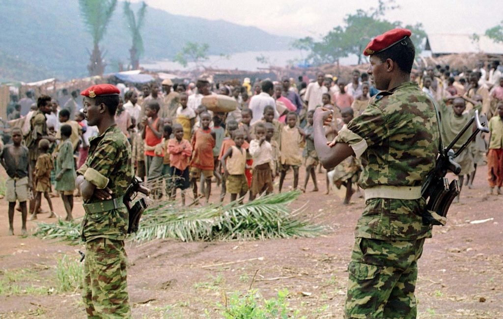 Des soldats de l'armée burundaise près d'un camps de réfugiés près de Bujumbura, en 1999.