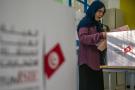 Une électrice plaçant son bulletin dans l'urne lors du scrutin législatif tunisien, dimanche 6 octobre 2019 (image d'illustration).