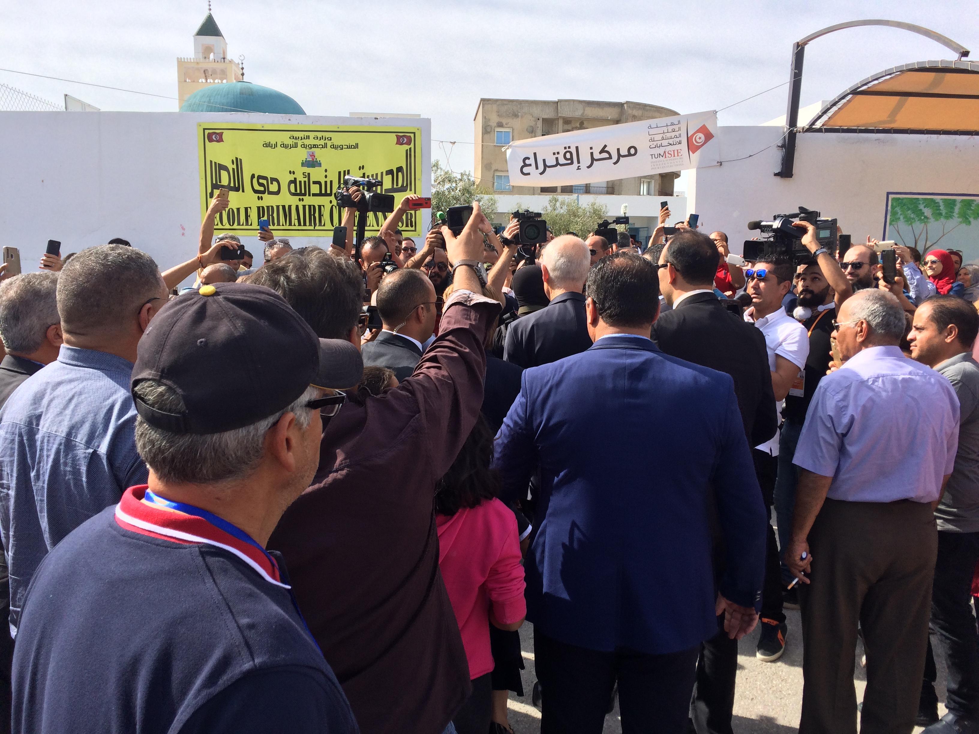 La foule se bousculant autour de Kaïs Saïed, à l'entrée du bureau de vote d'Ennasr, à Tunis, dimanche 13 octobre 2019.