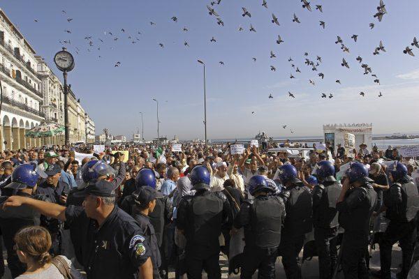 Des manifestants réunis à Alger, le 13 octobre 2019 devant le siège de l'Assemblée populaire nationale, pour protester contre une potentielle réforme de la loi sur les hydrocarbures.