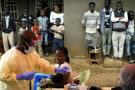 Un infirmier vaccine un enfant à Beni, en RDC, le 13 juillet 2019.