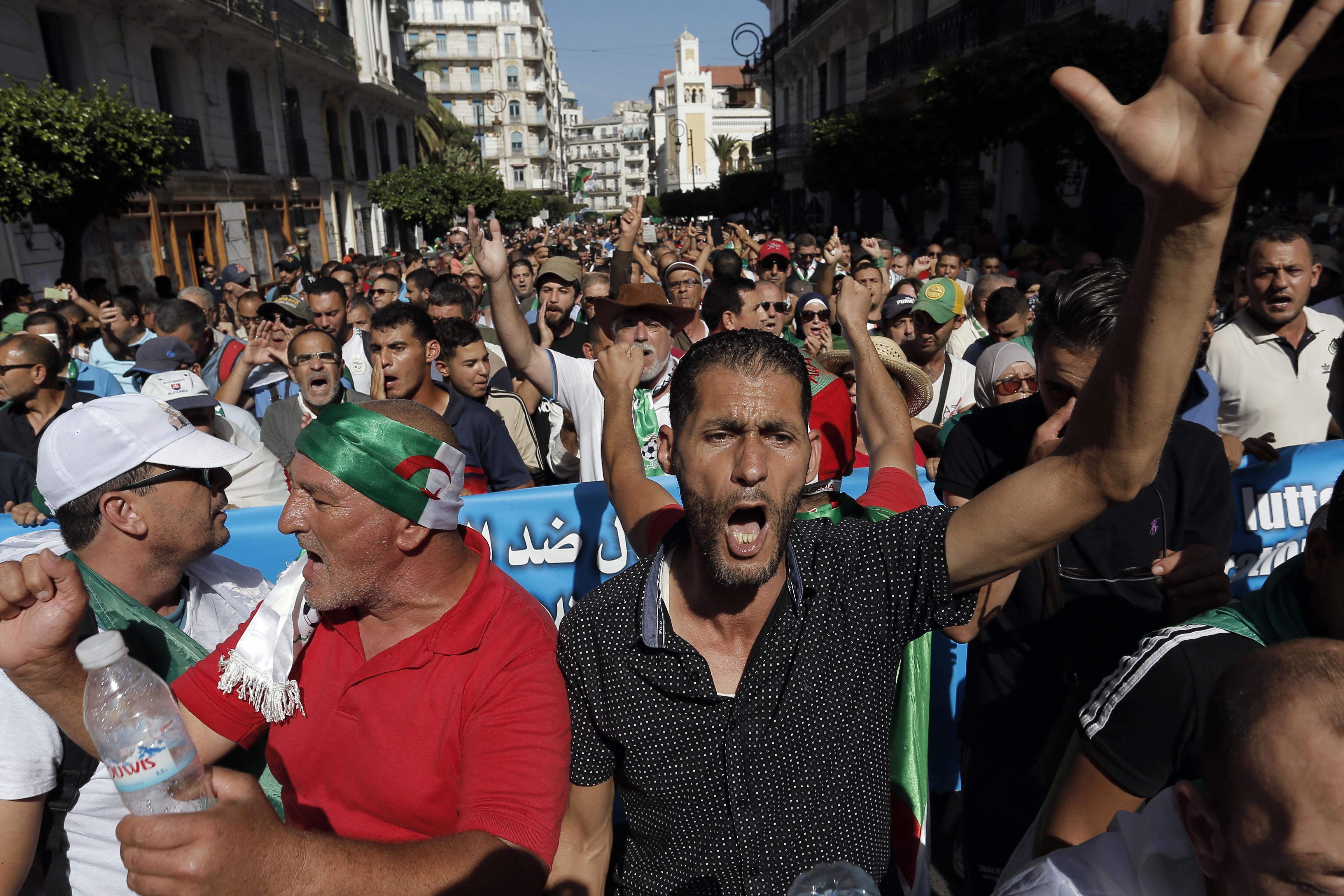 Des manifestants dans les rues d'Alger, vendredi 11 octobre 2019.