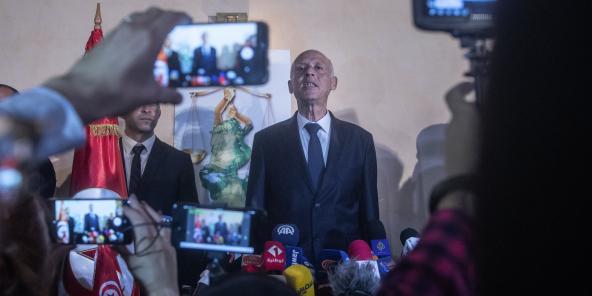 Kaïs Saïed s'exprimant devant la presse et ses partisans, au soir du second tour de l'élection présidentielle (image d'illustration).