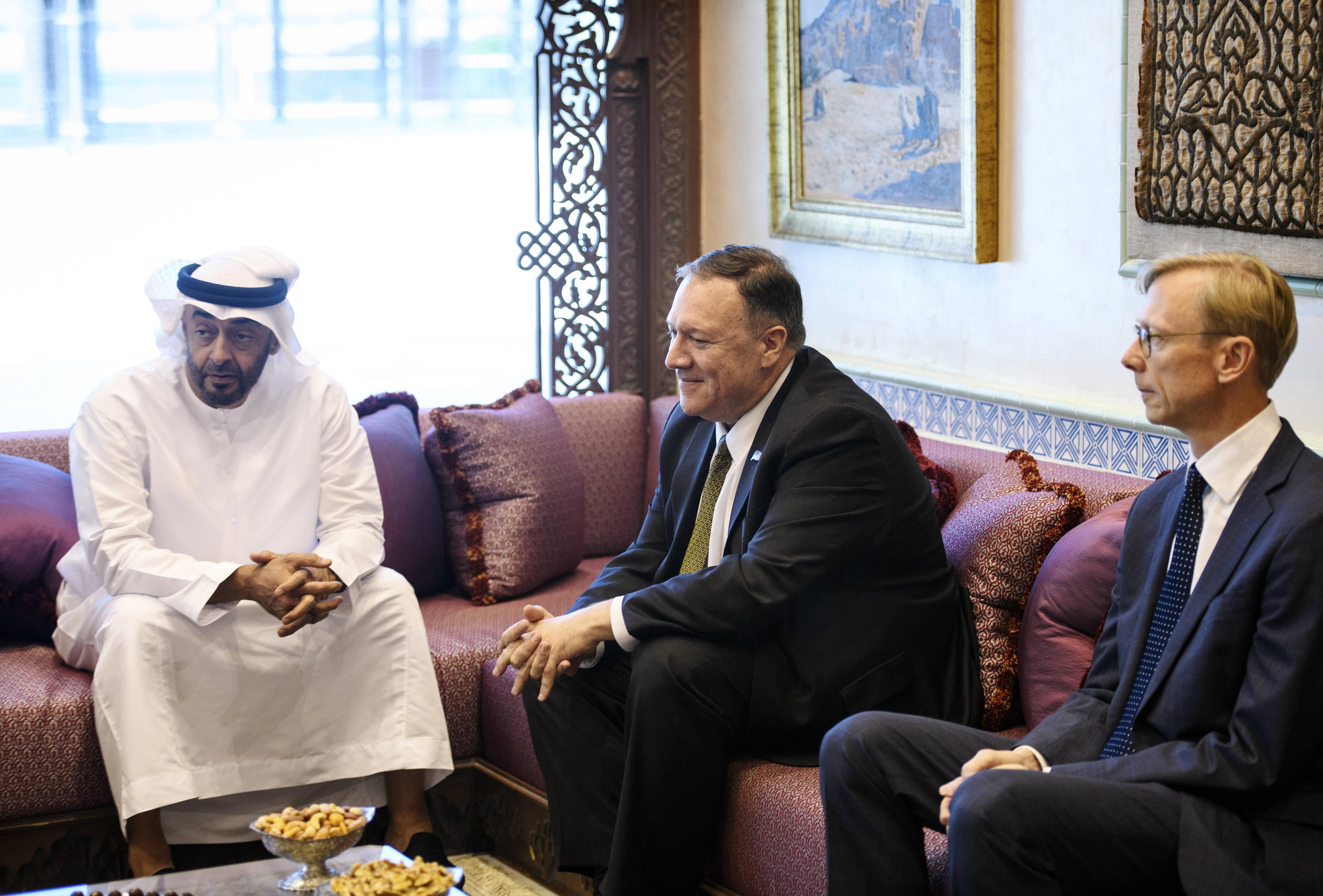 Mohammed Ben Zayed (à gauche) recevant le secrétaire d'Etat américain Mike Pompeo (centre), en présence de Brian Hook, l'envoyé spécial des Etats-Unis pour l'Iran.