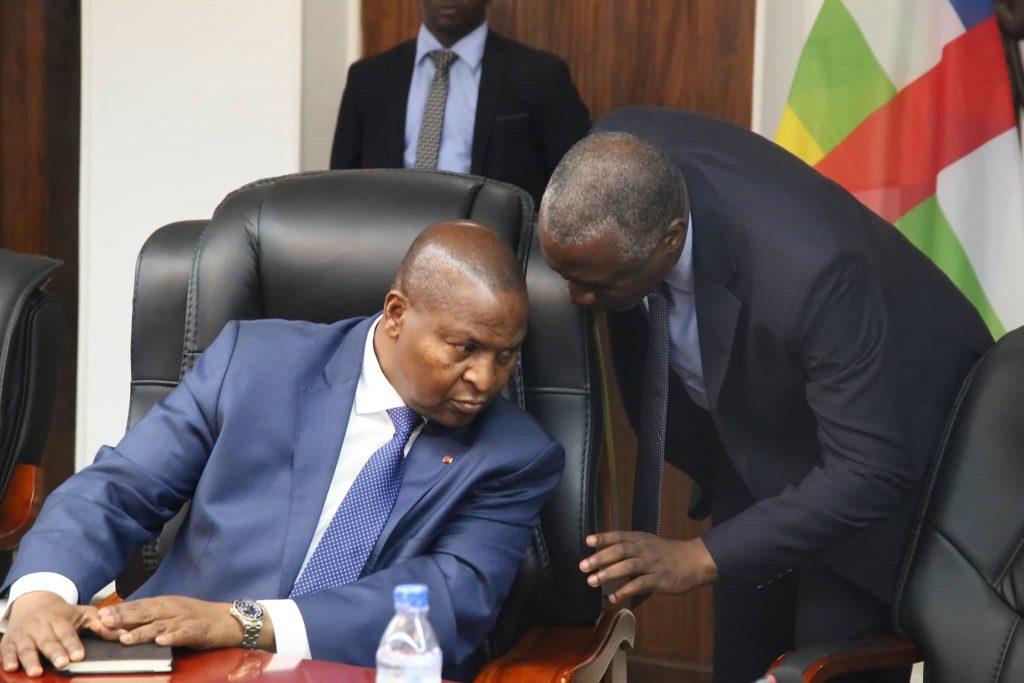 L'agro-industriel Pascal Bida Koyagbele parle à l'oreille du président Faustin-Archange Touadéra lors des discussions avec la mission rwandaises en janvier 2019.