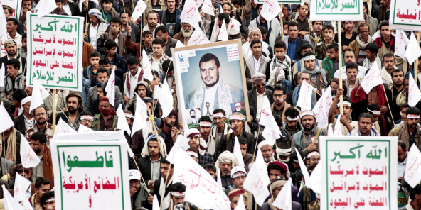 Des manifestants affichant leur attachement au leader du soulèvement yéménite, Abdelmalek al-Houthi, à Sanaa, le 10 septembre.