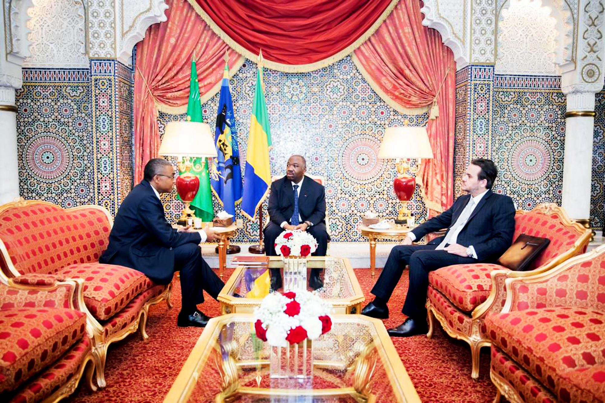 Avec son directeur de cabinet, Brice Laccruche Alihanga (à dr.), et le secrétaire général de la présidence, Jean-Yves Teale, en février.