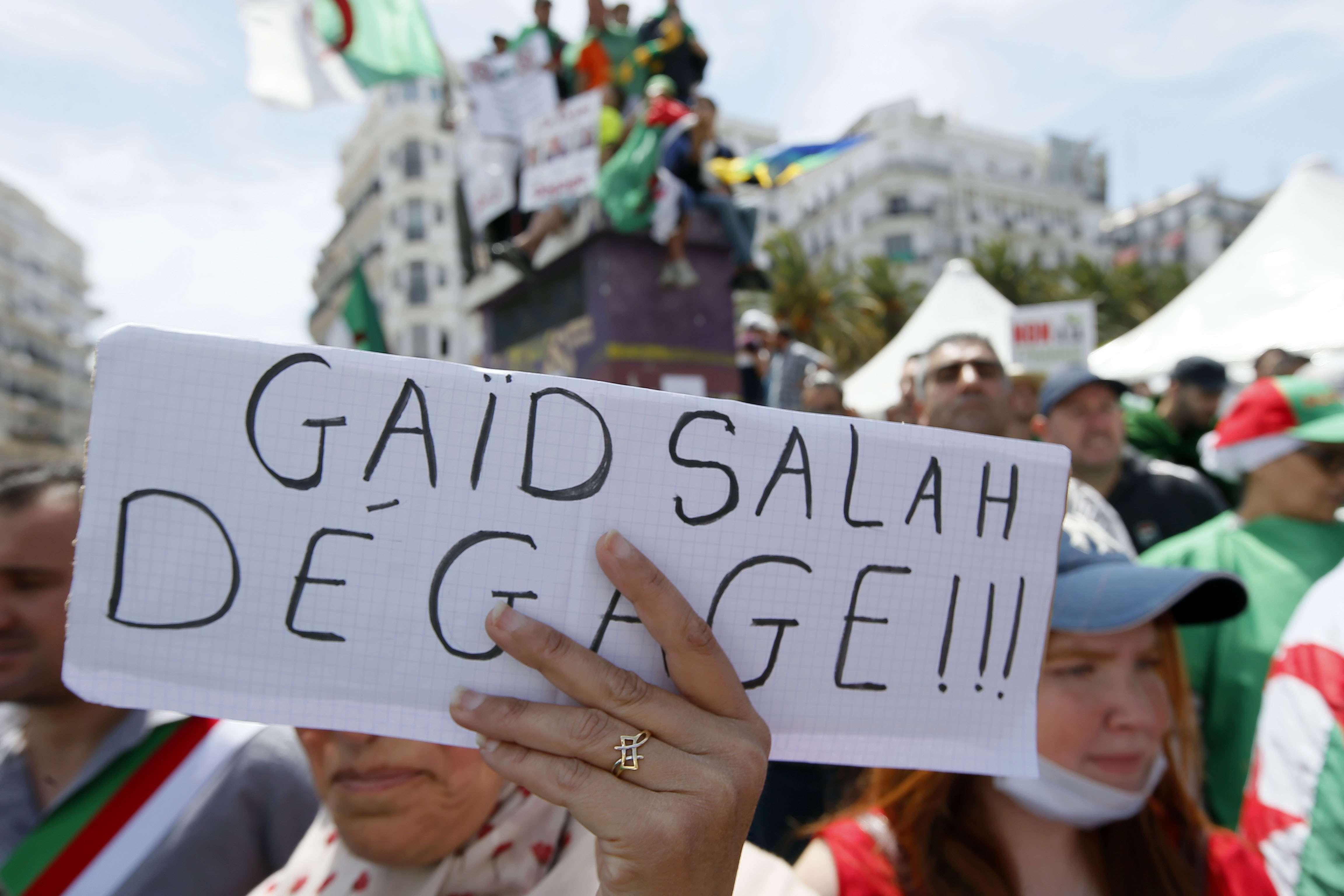 Une pancarte exigeant le départ du chef d'état-major de l'armée, le général Ahmed Gaïd Salah, en mai 2019 à Alger (image d'illustration).