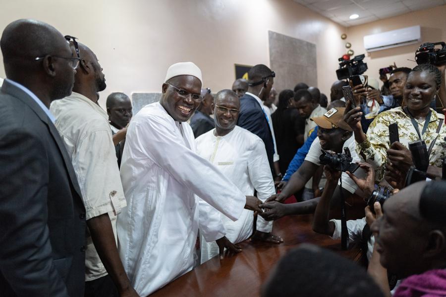 Khalifa Sall salue ses supporters après son allocution le 21 octobre à Dakar.