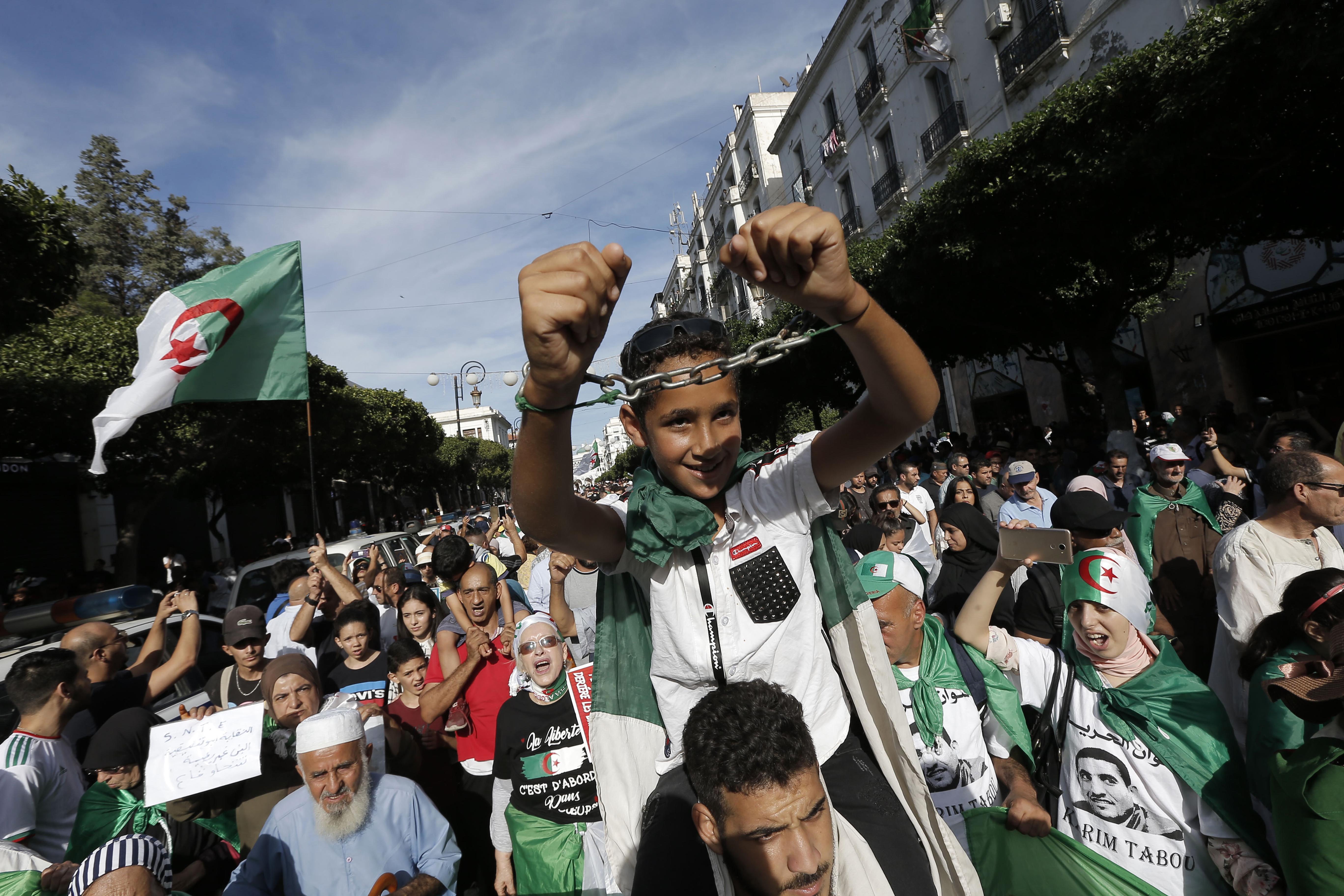 Des manifestants défilant dans les rues d'Alger, vendredi 18 octobre 2019 (image d'illustration).
