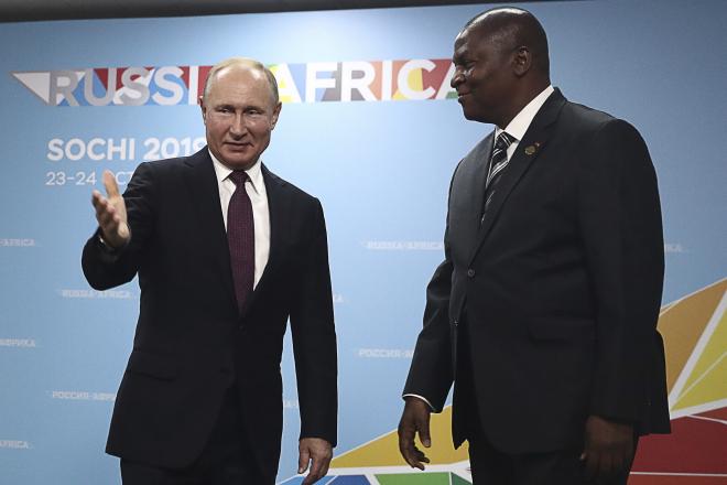 """Centrafrique : à Sotchi, Faustin-Archange Touadéra demande des """"armes lourdes"""" à Vladimir Poutine"""