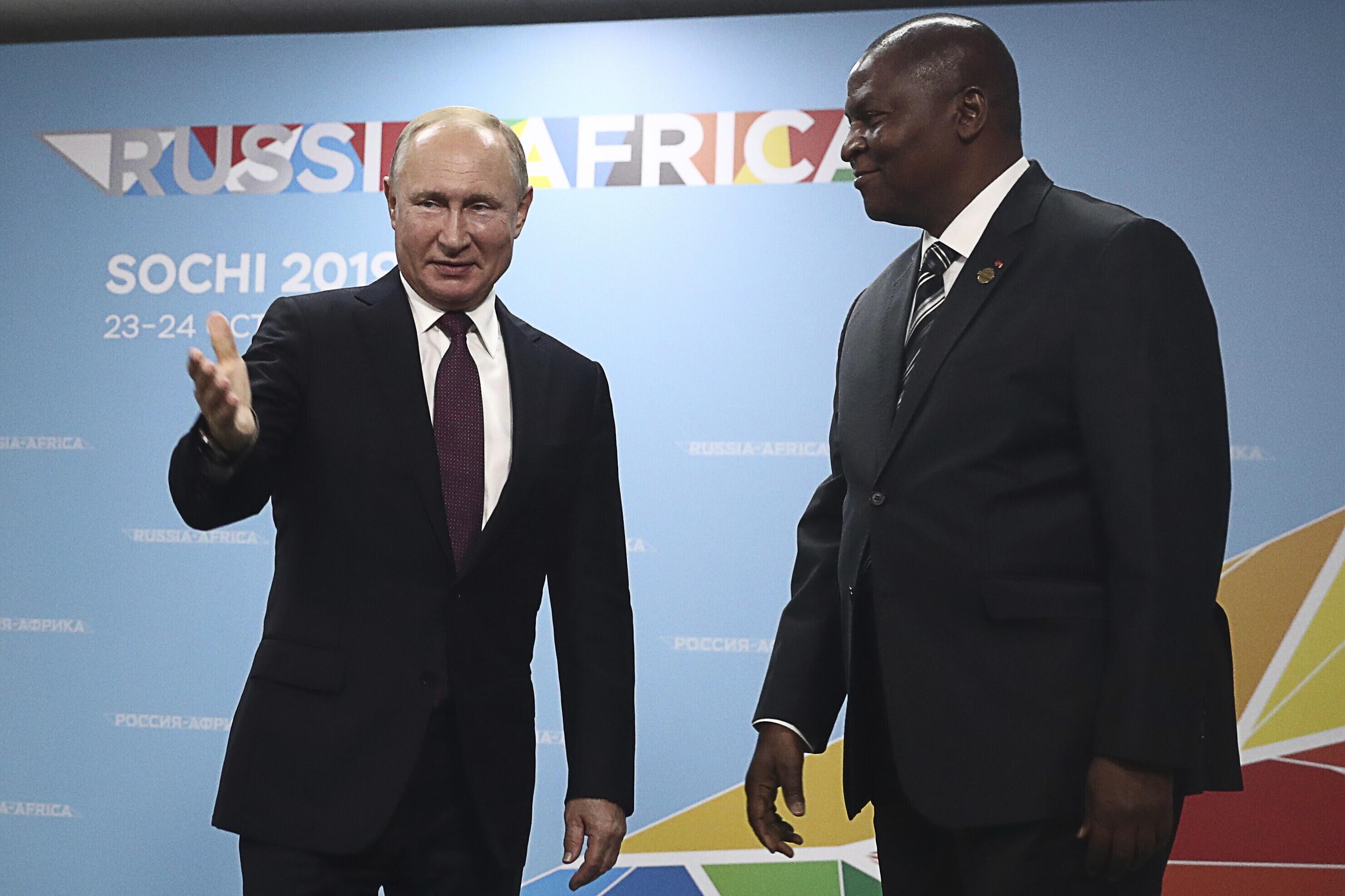 Vladimir Poutine et Faustin-Archange Touadéra, lors du sommet de Sotchi en Russie, le 23 octobre 2019.