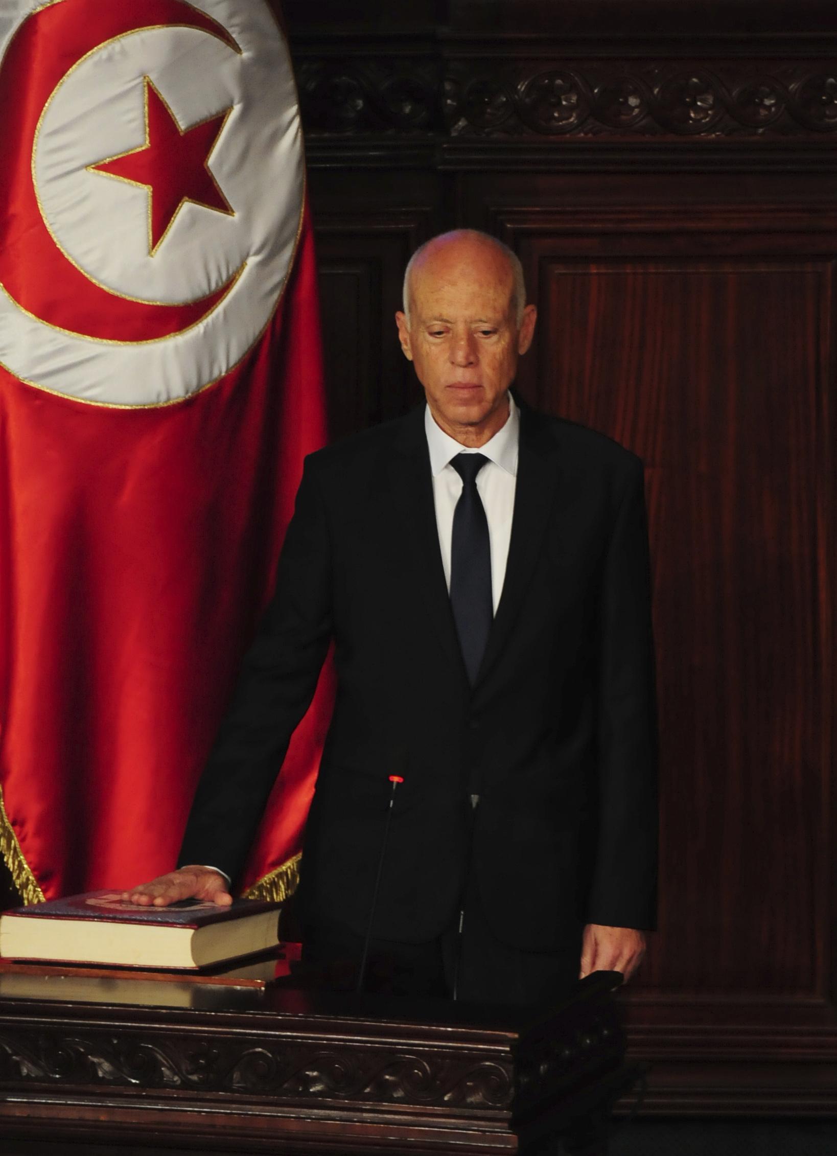 Le nouveau président tunisien Kaïs Saïed prêtant serment sur le Coran, mercredi 23 octobre 2019 à Tunis (image d'illustration).