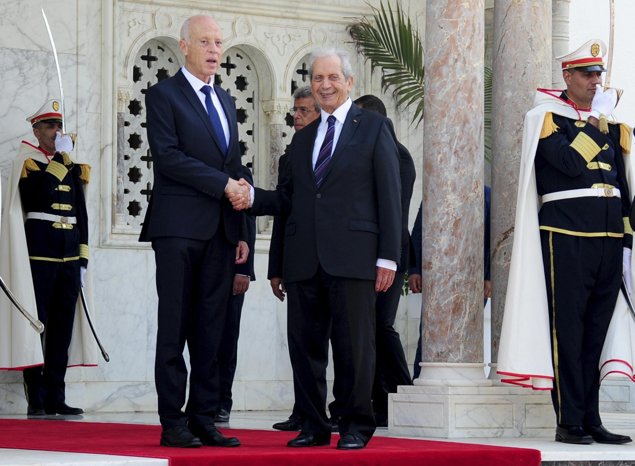Le président intérimaire tunisien, Mohamed Ennaceur (à gauche), transmettant officiellement le pouvoir à son successeur élu, Kaïs Saïed, mercredi 23 octobre 2019 à Tunis (image d'illustration).