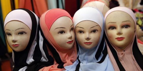 Des mannequins voilées exposées à la Foire musulmane du Bourget, près de Paris, en mars 2018 (image d'illustration).