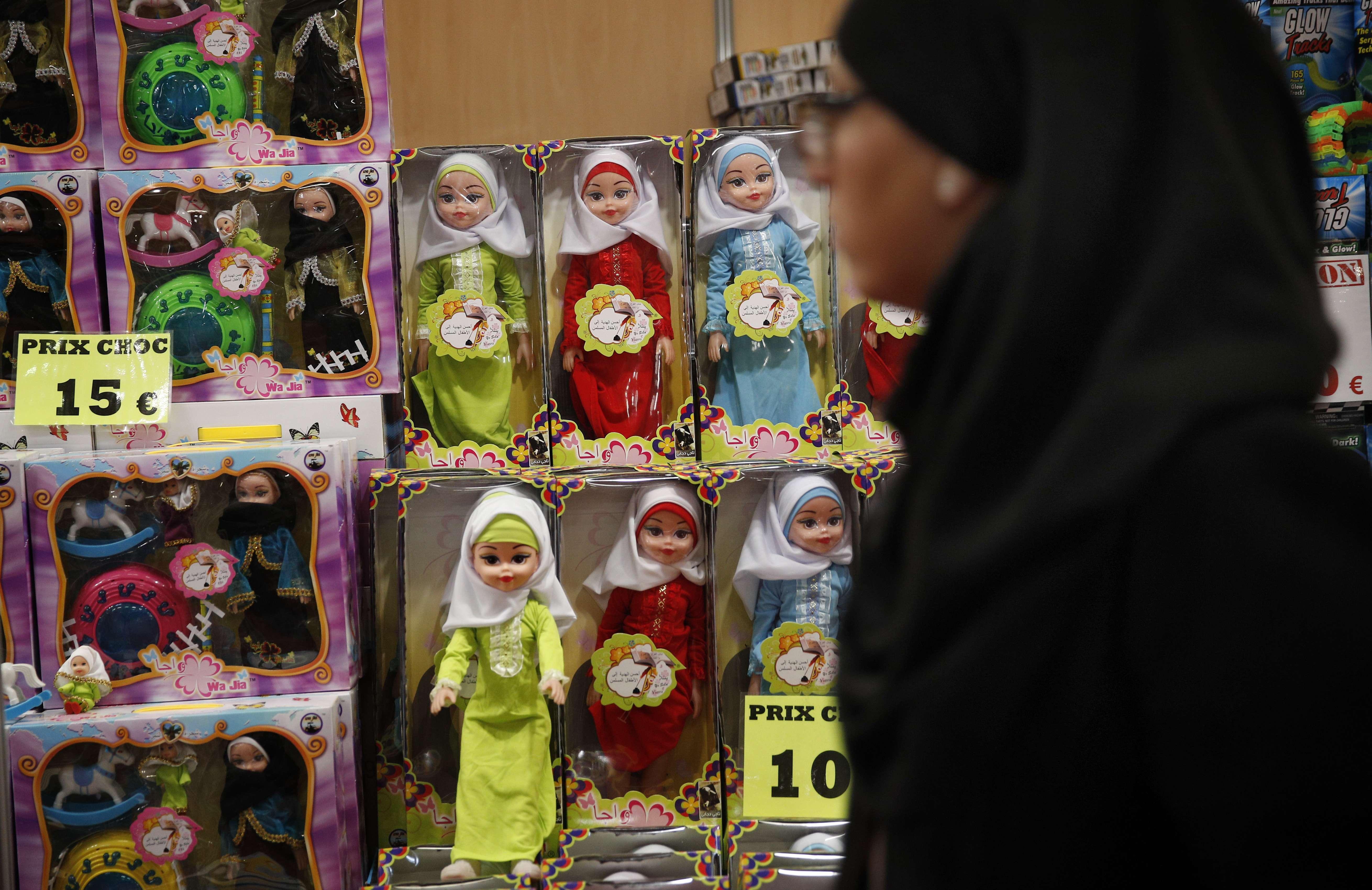 Des poupées voilées exposées à la Foire musulmane du Bourget, près de Paris, en mars 2018 (image d'illustration).