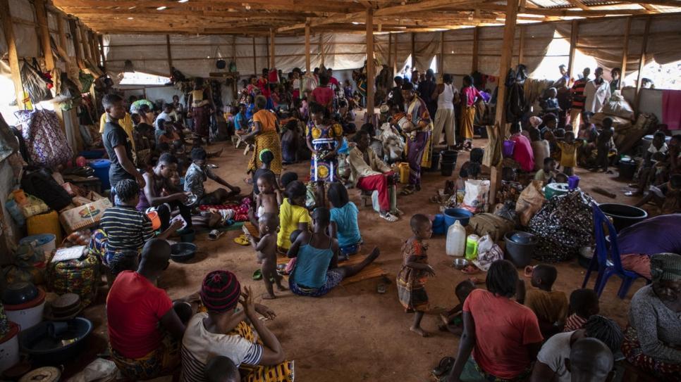 Des familles camerounaises attendent d'être réinstallées au camp de réfugiés d'Agadom à  Ogoja, au Nigeria.