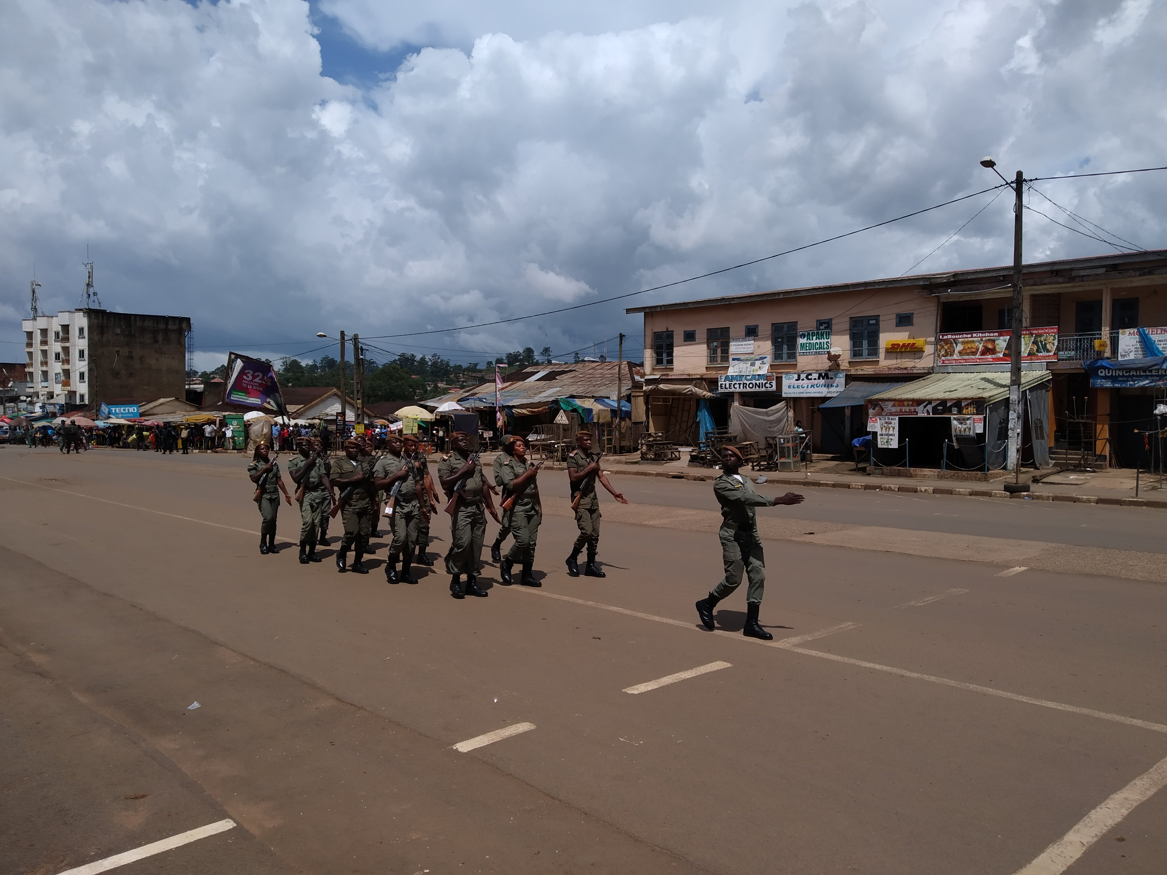 Parade militaire sur la place des fêtes de Bamenda.