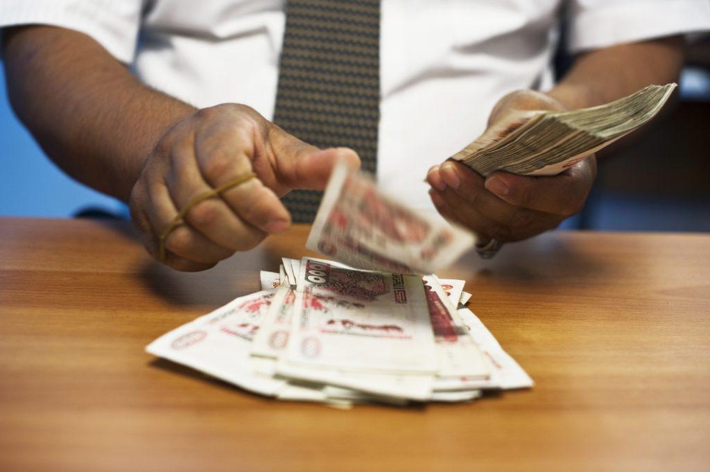 Après avoir fait imprimer plus de 6500milliards de dinars en deux ans, le gouvernement a décidé d'arrêter de faire tourner la planche à billets.