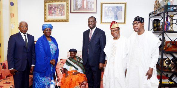 Thomas Boni Yayi (à dr.) et l'ancien président Nicéphore Soglo (à sa droite) avec une délégation de la Cedeao, en mars dernier.