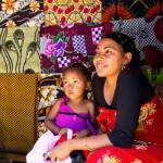 Une mère et sa fille à Madagascar.