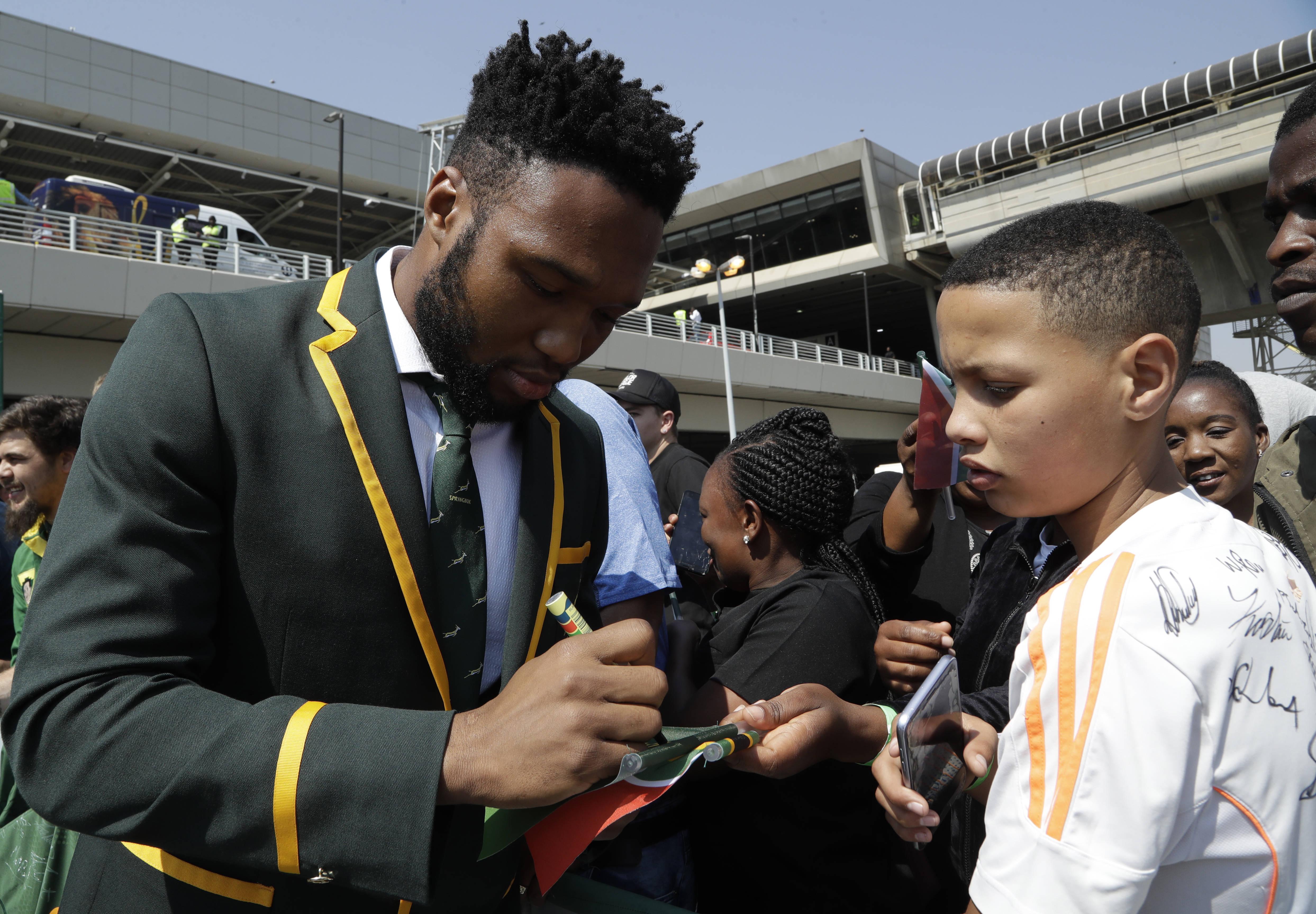 Siya Kolisi signant un autographe avant de s'envoler au Japon pour la Coupe du monde, vendredi 30 août à l'aéroport O.R. Thabo de Johannesburg.
